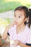 La muchacha goza el comer imagenes de archivo