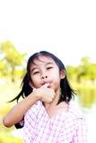 La muchacha goza el comer imágenes de archivo libres de regalías