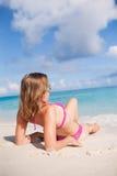 La muchacha goza en la playa Imagen de archivo libre de regalías