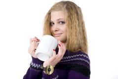 La muchacha guarda la taza de té. Retrato. Fotografía de archivo