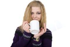 La muchacha guarda la taza de té. Retrato. Foto de archivo libre de regalías