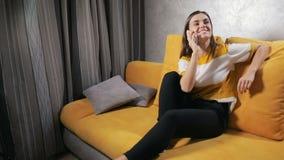 La muchacha habla en el teléfono almacen de video