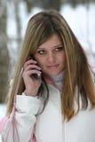 La muchacha habla en el teléfono foto de archivo