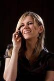 La muchacha habla en el teléfono celular Fotografía de archivo