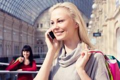 La muchacha habla por el teléfono Imagenes de archivo