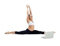 La muchacha hace ejercicio de la yoga Imagenes de archivo