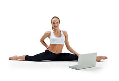 La muchacha hace ejercicio de la yoga Fotos de archivo libres de regalías