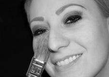 La muchacha hace maquillaje Foto de archivo libre de regalías