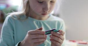 La muchacha hace papeleo almacen de video