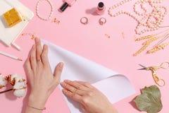 La muchacha hace la papiroflexia de papel de la grúa Visión superior imagen de archivo libre de regalías