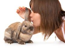 La muchacha hace un deseo en el año de conejo. Fotografía de archivo