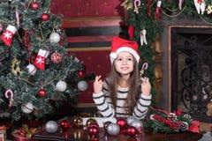 La muchacha hace un deseo en la Navidad Imagen de archivo libre de regalías