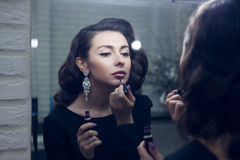 La muchacha hace un maquillaje Imagen de archivo libre de regalías