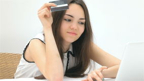 La muchacha hace una compra en línea almacen de metraje de vídeo