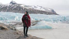 La muchacha hace una foto del glaciar almacen de metraje de vídeo