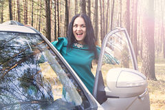 La muchacha hermosa abre la puerta de coche Fotos de archivo libres de regalías