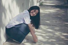 La muchacha hermosa adolescente del estudiante tailandés feliz y se relaja en escuela Fotografía de archivo libre de regalías