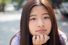 La muchacha hermosa adolescente del estudiante tailandés feliz y se relaja en escuela Imagenes de archivo