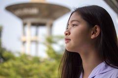 La muchacha hermosa adolescente del estudiante tailandés feliz y se relaja en escuela Foto de archivo libre de regalías
