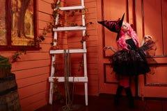 La muchacha hermosa adolescente presenta en el estudio de la foto en el estilo de Halloween Imagen de archivo