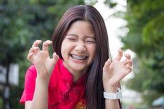 La muchacha hermosa adolescente tailandesa en chino se viste, se relaja y sonríe Imagenes de archivo