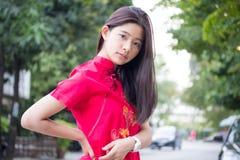 La muchacha hermosa adolescente tailandesa en chino se viste, se relaja y sonríe Foto de archivo libre de regalías