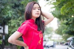 La muchacha hermosa adolescente tailandesa en chino se viste, se relaja y sonríe Fotografía de archivo