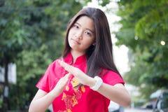 La muchacha hermosa adolescente tailandesa en chino se viste, se relaja y sonríe Imagen de archivo libre de regalías