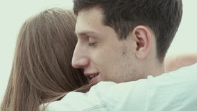 La muchacha hermosa agradece al individuo y lo abraza Amantes del abrazo almacen de video