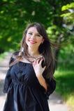 La muchacha hermosa al aire libre salta el retrato, mujer joven con la flor Foto de archivo libre de regalías