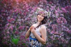 La muchacha hermosa al aire libre salta retrato Imagen de archivo