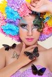 La muchacha hermosa asiática con colorido compone con las flores y la mariposa frescas del crisantemo Fotos de archivo libres de regalías