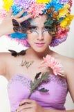 La muchacha hermosa asiática con colorido compone con las flores y la mariposa frescas del crisantemo Fotografía de archivo libre de regalías