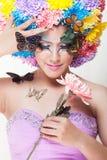 La muchacha hermosa asiática con colorido compone con las flores y la mariposa frescas del crisantemo Imagen de archivo libre de regalías