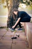 La muchacha hermosa ata cordones Fotos de archivo libres de regalías