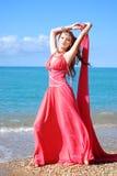 La muchacha hermosa baila en la playa Foto de archivo libre de regalías