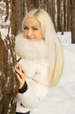 La muchacha hermosa camina en el bosque Imágenes de archivo libres de regalías