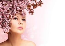 La muchacha hermosa con Cherry Blossom aisló en blanco belleza Fotografía de archivo