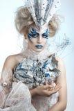 La muchacha hermosa con creativo compensa el Año Nuevo Retrato del invierno Foto de archivo