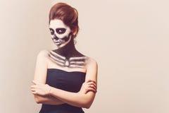 La muchacha hermosa con creativo compensa el partido de Halloween Foto de archivo