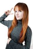 La muchacha hermosa con el pelo largo rojo en un suéter Fotos de archivo