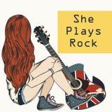 La muchacha hermosa con el pelo largo se sienta con una guitarra Ella juega la roca stock de ilustración