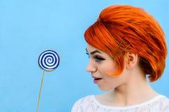 La muchacha hermosa con el pelo rojo en el estilo de la moda de 60 años Imagen de archivo libre de regalías