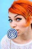 La muchacha hermosa con el pelo rojo en el estilo de la moda de 60 años Fotografía de archivo libre de regalías