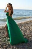 La muchacha hermosa con el pelo rubio lleva el vestido verde lujoso Fotografía de archivo libre de regalías