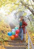 La muchacha hermosa con ella collored los globos Imágenes de archivo libres de regalías