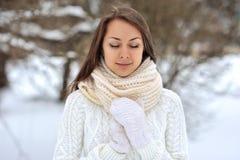 La muchacha hermosa con los ojos se cerró en un parque del invierno Fotografía de archivo