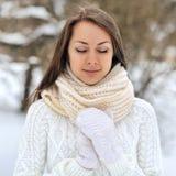 La muchacha hermosa con los ojos se cerró en un parque del invierno Imagen de archivo