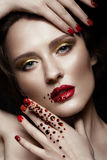 La muchacha hermosa con maquillaje de la tarde, los labios rojos en diamantes artificiales y el diseño manicure clavos Cara de la foto de archivo libre de regalías