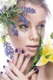 La muchacha hermosa con maquillaje del arte, las flores, y los clavos del diseño manicure Cara de la belleza foto de archivo libre de regalías